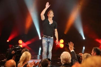 Eric salue le public parisien du Plus Grand Cabaret du Monde