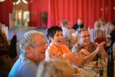 vos hôtes réunis à une table magique avec eric borner magicien pro, performer artistique pour passer un bon moment