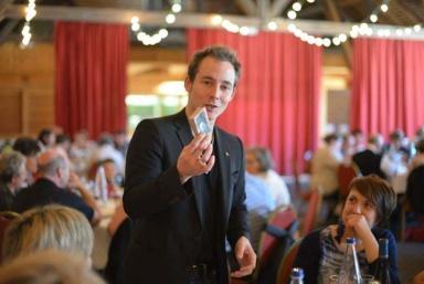 Magicien et mentaliste en Alsace. Prestidigitateur en Suisse Romande , Eric Borner est un magicien close-up. Spécialiste de la magie rapprochée
