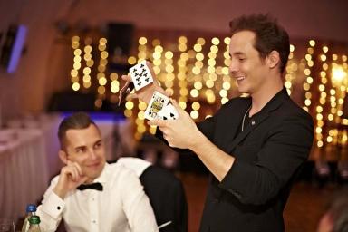 En france, belgique, canada, le magicien eric borner exerce le même pouvoir de fascination avec ses tours saisissants
