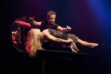 Une lévitation tout en légèreté, la partenaire scénique du jeune magicien s élève dans les airs