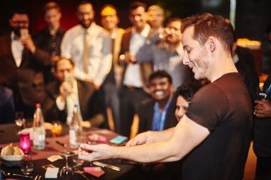 magicien professionnel pour entreprise et évènement internationnal avec des trucs étonnants