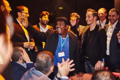 magicien de table en table, eric borner étonne les multinationals durant galas et séminaire magiques