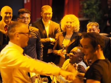 Close-up magicien strasbourg haut rhin, Bas-Rhin Eric Borner se déplace dans toute l'Alsace de table en table lors de votre soirée, et présente des tours de magie divertissants