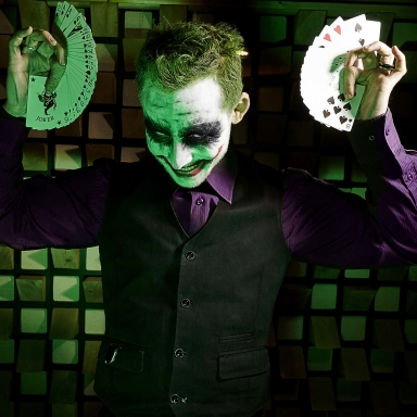 performance magique marvel et joker photo art avec cartes