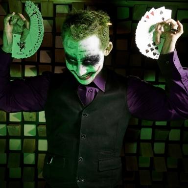 performance magique marvel et joker photo art avec cartes